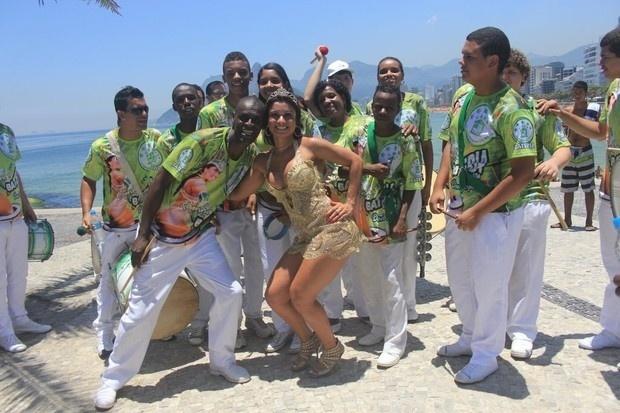 A modelo Dani Sperle leva a escola de samba Acadêmicos do Cubango para ensaiar na praia do Arpoador, no Rio de Janeiro (22/12/12). A morena, conhecida por já ter ficado com famosos como Alexandre Frota e Adriano, mostrou samba no pé