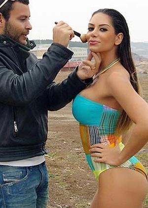 A Vice-Miss Bumbum Graciella Carvalho teve seu passaporte apreendido enquanto participava de um ensaio fotográfico em uma praia na Turquia. Aparentemente, a produção se esqueceu de pedir autorização para usar o local