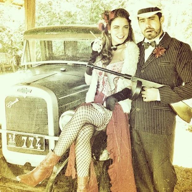 No dia da mentira, os ex-BBBs Laisa e Yuri viraram mafiosos no Twitter (1/4/12). As imagens foram postadas pelo empresário de Laisa e 'retuitadas' pela gaúcha. 'Mafiosos invadem Gramado', escreveu ele