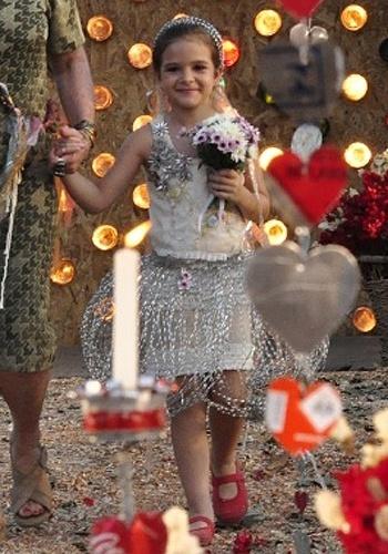 """A pequena Rita (Mel Maia) usou um modelito saído do lixão, mas encantador, em seu casamento de mentirinha com Batata (Bernardo Simões) em """"Avenida Brasil"""" (2012). A produção ficou ainda mais charmosa com os sapatos vermelhos"""
