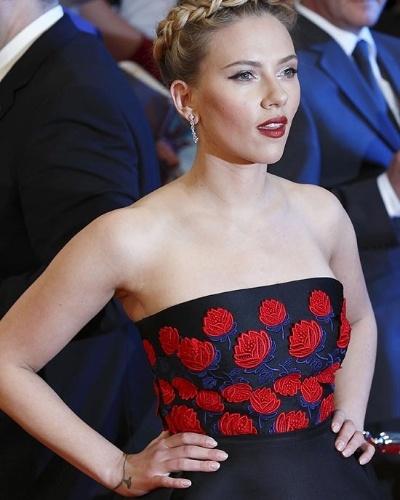 Scarlett Johansson, 27, fez uma nova tatuagem: o desenho de uma pulseira com um pingente no punho direito, com a inscrição