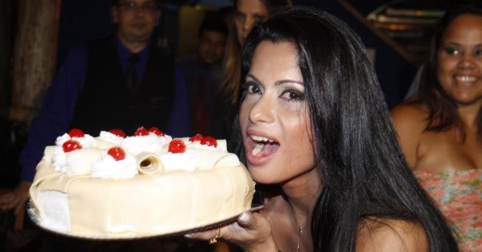 Dani Sperle faz pose com o bolo durante a festa de comemoração de seus 30 anos em uma boate na Barra da Tijuca, no Rio de Janeiro (26/4/12)