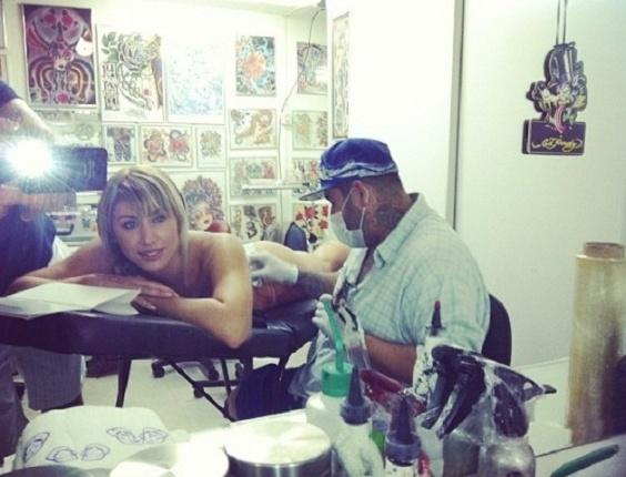Jaque Khury faz nova tatuagem na região das costas (2/6/12)