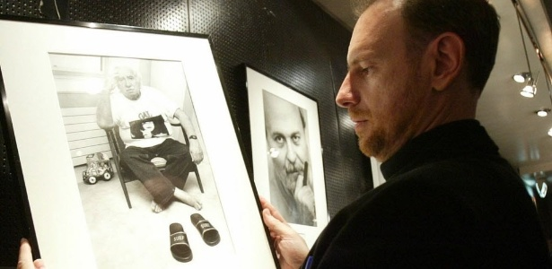 O fotógrafo argentino Daniel Mordzinski observa uma de suas obras (8/11/05) - B Echavarri/EFE