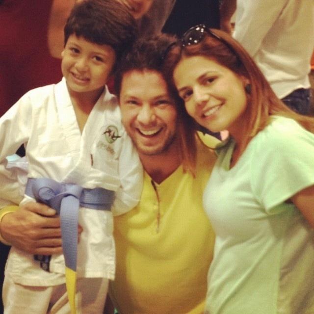"""Neste sábado (14/7/12), os atores Mario Frias e Nívea Stelmann paparicaram o pequeno judoca Miguel, de sete anos: """"Eu e @MarioFrias2222 babando pelo nosso filho no judô"""", escreveu ela no Twitter, onde divulgou a imagem"""