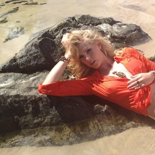 A apresentadora Ana Hickmann fez um ensaio ousado para a campanha de sua marca de roupas, bolsas e joias (25/4/12). Ela postou em seu perfil no Twitter fotos sem sutiã feitas em Itacaré (BA) e Ilhéus (BA)