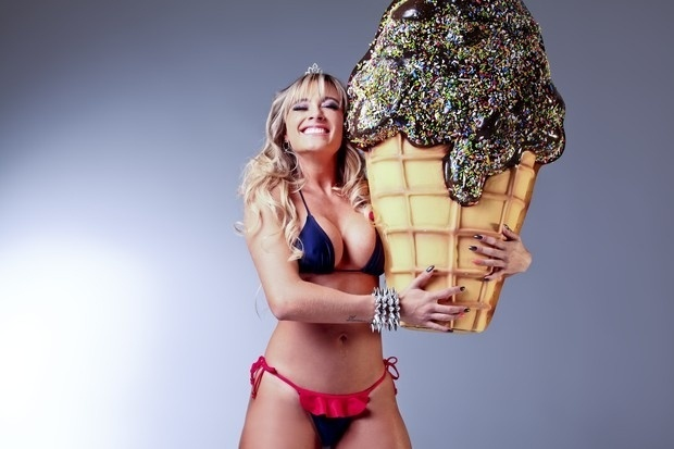 Juju Salimeni é estrela da campanha da marca de moda praia Mineral Brasil (agosto/2012). Como o tema da campanha é