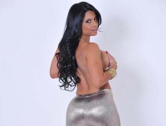De topless, Dani Sperle divulgou imagens mostrando o resultado que a malhação deixou nas curvas avantajadas do corpo da morena. Dani vai participar do concurso que vai eleger o bumbum mais bonito, nos Estados Unidos, em setembro deste ano (31/8/12)