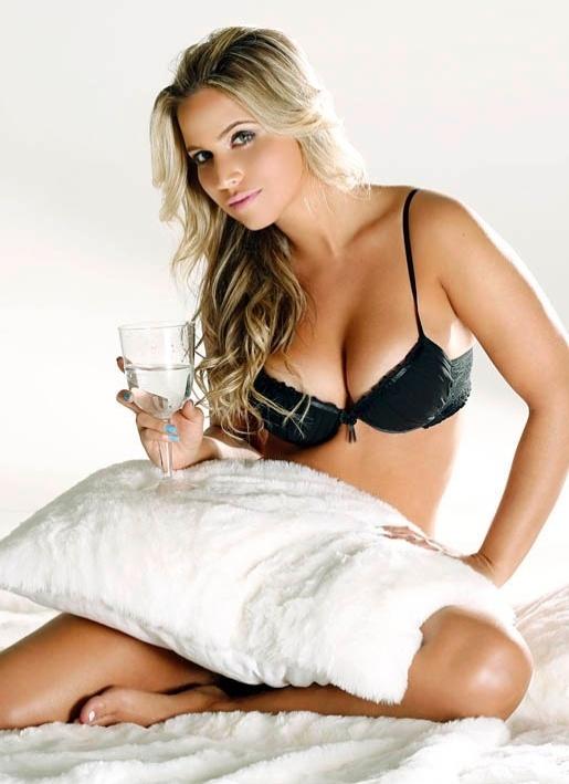 """A repórter Mônica Arpor, capa da """"Playboy"""" de julho de 2010, voltou a mostrar as belas curvas em um ensaio de lingerie para a seção """"Garota Men's Health"""" de setembro. Os cliques foram feitos por Angelo Pastorello (4/9/12)"""