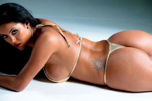 De biquíni dourado, Aline Bernardes, representante do Mato Grosso do Sul, divulgou imagens das curvas que mostrará no concurso Miss Bumbum 2012 (4/9/12)