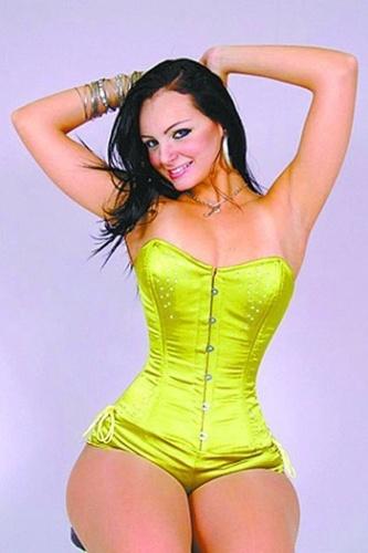 Com o quadril fino e o bumbum avantajado, Suelem Rocha leva a fama de Mulher Pêra entre as mulheres-fruta. Ela iniciou a carreira no meio artístico e lançou um CD de funk em janeiro de 2012. Em 2010, a modelo se candidatou a deputada federal no Estado de SP, mas não foi eleita. Em 2012, Suellem entrou na disputa pela Câmara dos Vereadores de São Paulo