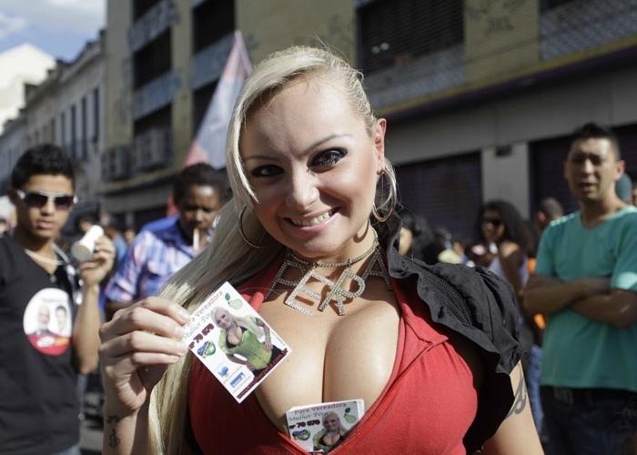 Mulher Pêra faz campanha no bairro Santa ifigênia, em SP (24/8/12). Suelem Rocha é candidata à Câmara de Vereadores de São Paulo
