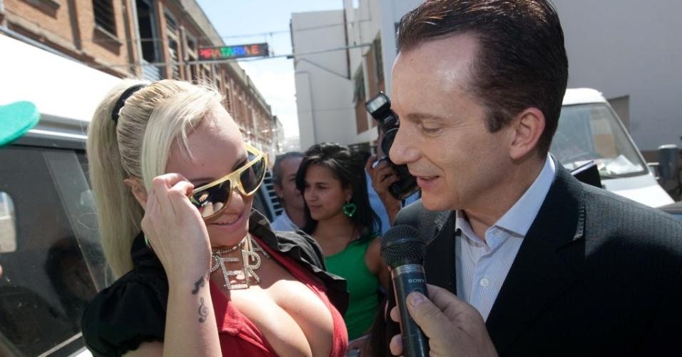 O candidato à prefeitura do Estado de SP Celso Russomanno (PRB) encontrou a candidata a vereadora da capital Mulher Pêra (PTdoB) durante campanha política na região central da capital paulista (24/8/12)