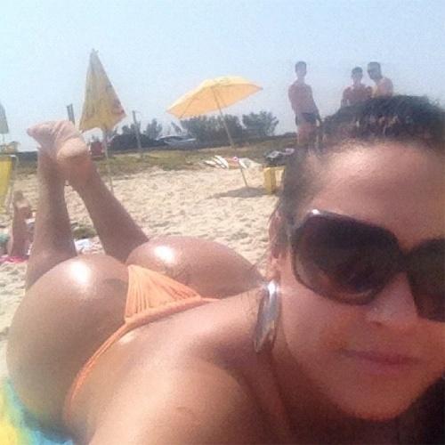 """""""Dorando o bumbum"""" (sic), escreveu a dançarina Andressa Soares, mais conhecida como Mulher Melancia, na legenda de sua foto no Instagram. A morena aproveitou a manhã de sol para renovar o bronzeado e escolheu um modelo fio-dental para privilegiar as curvas (18/9/12)"""