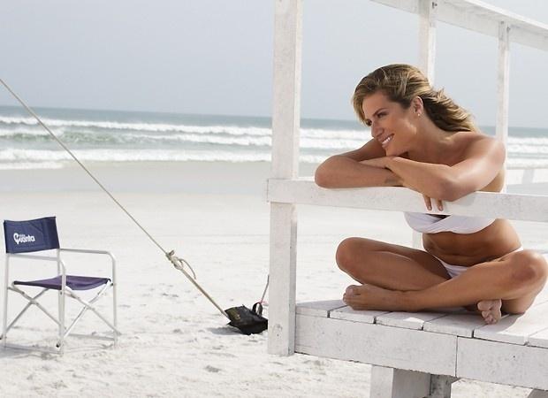 Giovanna Ewbank estrelou as gravações de uma campanha de protetor solar em uma praia de Arraial do Cabo, no Rio de Janeiro (19/9/12). Nas imagens, a bela, que é casada com Bruno Gagliasso, exibe a forma impecável