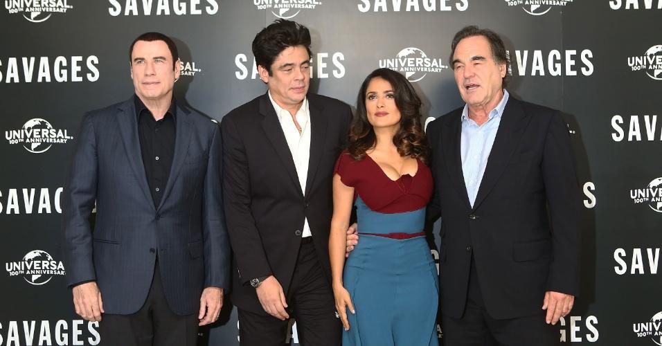 """O decote de Salma Hayek chamou atenção dos colegas, o diretor Oliver Stone e o ator Benício Del Toro, durante sessão de fotos de divulgação do filme """"Selvagens"""" em Londres (19/9/12). O ator John Travolta foi o único a não olhar para a roupa da atriz mexicana"""