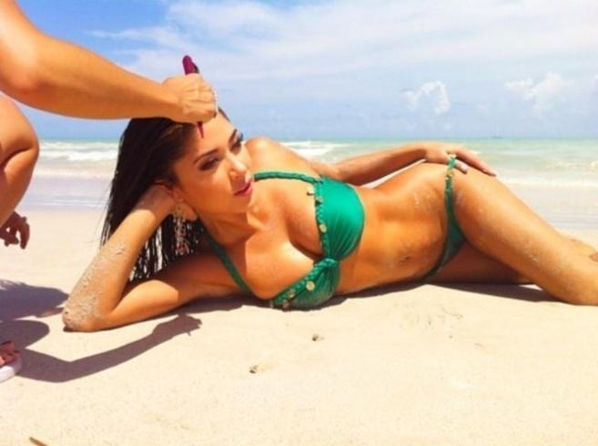 Arianny Celeste, a ring girl mais famosa do UFC, publicou uma imagem do ensaio que fez para seu calendário 2013 (26/9/12). Na foto, a gata aparece deitada em uma praia com o corpo cheio de areia e com um assistente ajeitando o seu cabelo molhado. O calendário é vendido no site da musa por preços entre US$ 14,99 e US$ 29,99
