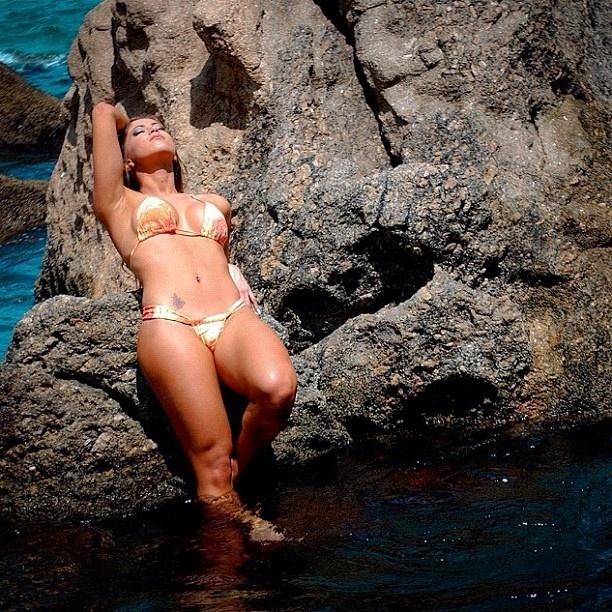 A panicat Carol Narizinho postou fotos de um trabalho que fez para uma grife de moda praia em seu Instagram (setembro/2012). Nas imagens, a bela exibe as curvas perfeitas