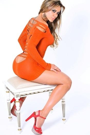 Cibelle Ribeiro, candidata do Ceará ao Miss Bumbum, fez um ensaio de fotos provocante para conquistar votos para o concurso. A modelo usou um vestido bem justo com fenda, que evidenciava que não estava usando calcinha (17/10/12)