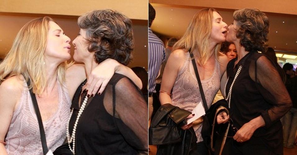 """As atrizes Letícia Spiller (à esquerda) e Cássia Kis Magro se cumprimentaram de forma carinhosa na pré-estrei da peça """"O Desaparecimento do Elefante"""", neste sábado, no Rio de Janeiro (21/10/12)"""