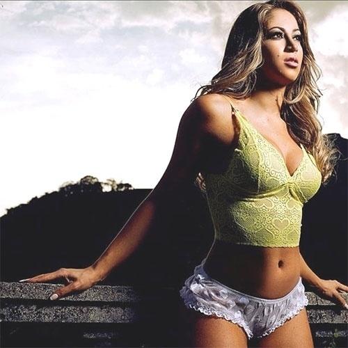 A panicat Carol Narizinho resolveu presentear seus seguidores no Instagram e deu bom dia postando uma foto de um ensaio em que aparece usando apenas lingerie (27/10/2012)