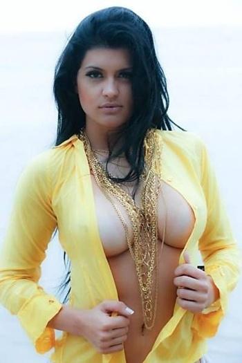 Camila Vernaglia, bailarina do Gugu e candidata ao Miss Bumbum pelo Estado de São Paulo, fez um ensaio sensual na praia. Na fotos, Vernaglia aparece quase sem roupa. Ela está no quinto lugar do ranking do concurso, que terá sua final no dia 30 de novembro (4/11/12)
