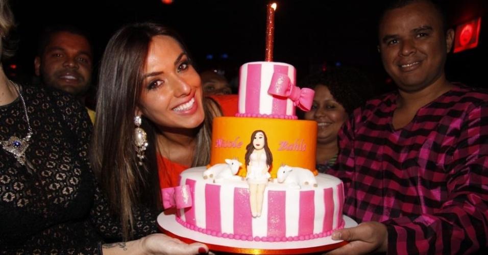 Nicole Bahls ganha bolo em sua homenagem ao comemorar o aniversário em boate do Rio de Janeiro (16/11/12). A bela completou 27 anos no dia 15 de novembro
