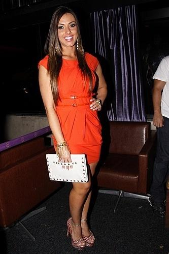 Nicole Bahls usou um vestido laranja para comemorar seu aniversário em boate do Rio de Janeiro (16/11/12). A bela completou 27 anos no dia 15 de novembro