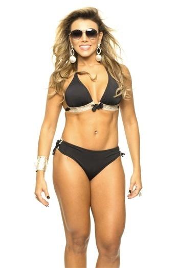 """De biquíni, a ex-BBB Fabiana Teixeira mostrou que continua com o corpo em forma, como era possível de se ver na época em que a """"mama"""" fez sucesso no """"BBB12"""" (20/11/12)"""
