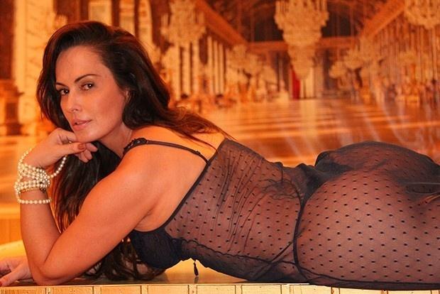 13.dez.2012 - De lingerie transparente, Núbia Óliiver posa para as lentes do fotógrafo Roberto Vissichio em São Paulo. O ensaio sexy foi divulgado no site da modelo, que exibe um corpão aos 39 anos