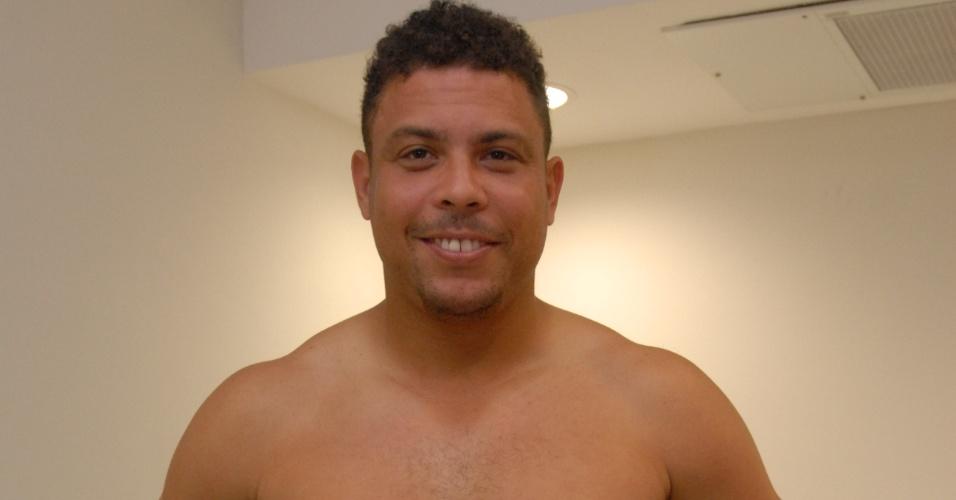 """13.dez.2012 - Ronaldo se prepara para encarar novamente a balança do """"Medida Certa"""", quadro do """"Fantástico"""""""
