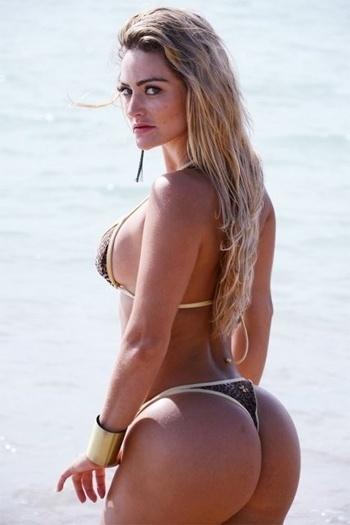 """7.jan.2013 - A candidata coroada Miss Bumbum Simpatia 2012, Laura Keller, divulgou imagens em que aparece de biquíni com um corpo escultural para a revista """"Foto Surf"""""""