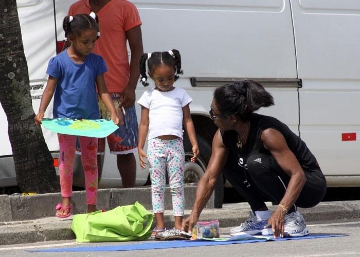 13.jan.2013 - Glória Maria curtiu a tarde ao lado das filhas Maria, 5 anos, e Laura, 4, na orla do Leblon, no Rio de Janeiro. Com papéis, pincéis e muita tinta, as três se divertiram pintando o sete