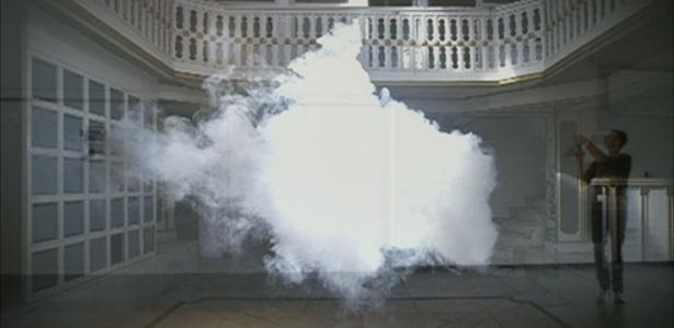 O artista holandês Berndnaut Smilde recriou nuvens em ambiente fechado - BBC