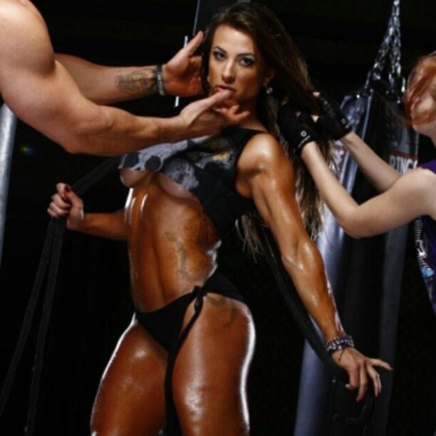 """2.fev.2013 - A ex-BBB Michelly mostrou seus músculos em ensaio fotográfico realizado para uma marca de suplementos alimentares. Além de exibir a boa forma, a fisioculturista também chamou atenção pelo bronzeado. """"Fotos tiradas em #LasVegas"""", escreveu"""