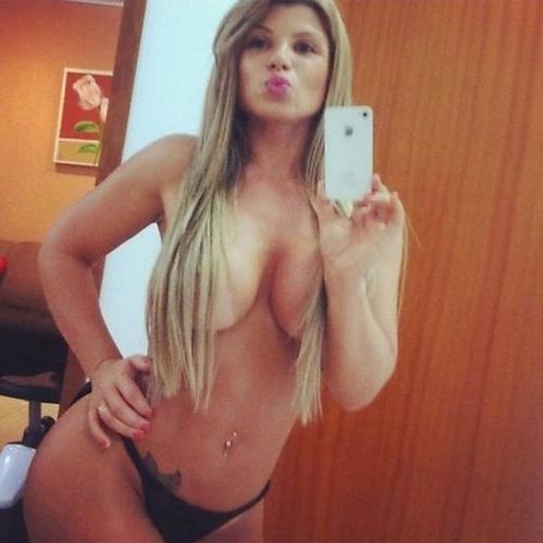4.mar.2013 - A Miss Bumbum 2012 Carine Felizardo fez 26 anos e, para festejar a data, fez algumas fotos sexy para seus fãs. Em uma das imagens, a moça usou um laço para enfeitar o seu famoso atributo. A foto foi inspirada na capa da revista
