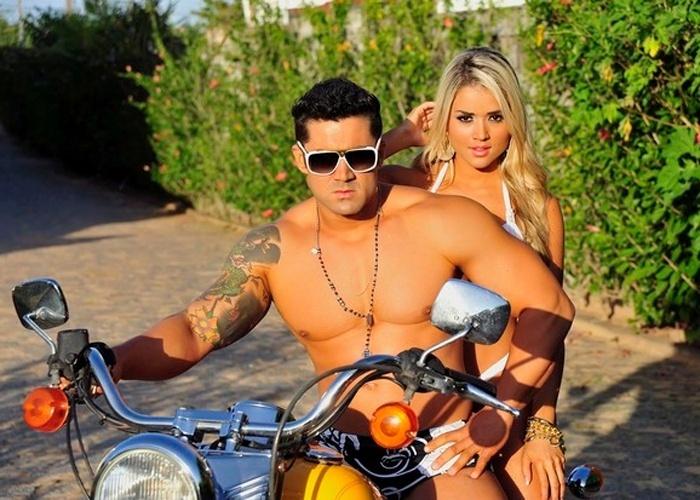6.mar.2013 - A ex-panicat Aryane Steinkopf mostras as curvas ao lado do namorado, Well Jr., em ensaio sensual em cima de uma motocicleta. As imagens foram divulgadas pela beldade no lançamento de seu site oficial