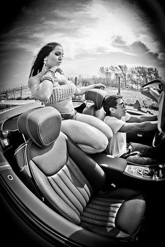 """25.mar.2012- Parece que a boa forma de Mulher Melão não é mais a mesma. Em fotos da gravação de sua participação no clipe da música """"Lapada"""", do funkeiro Mc Mingau, que faz parte do elenco de """"Salve Jorge"""", Renata Frisson aparece com a barriga estranha. Será que ela engoliu um melão?"""