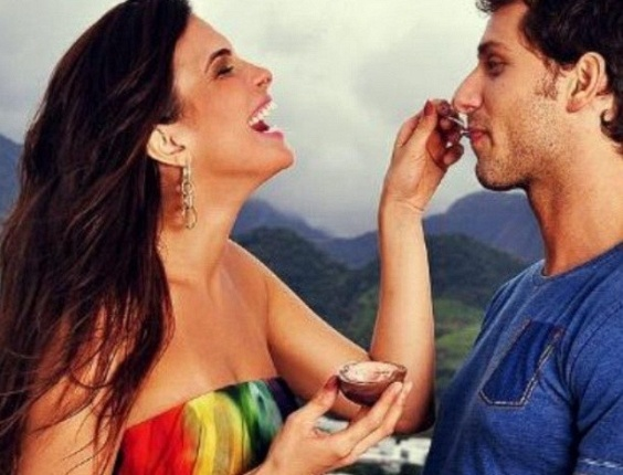 31.mar.2013 - O clima de paixão reina entre Eliéser e Kamilla. O ex-BBB postou em seu Instagram uma foto em que a amada dá chocolate em sua boca.