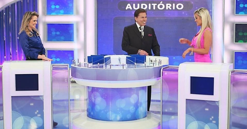 12.abr.2013 - Silvio Santos recebe a jornalista Anelise de Oliveira e a modelo Aryane Steikopf