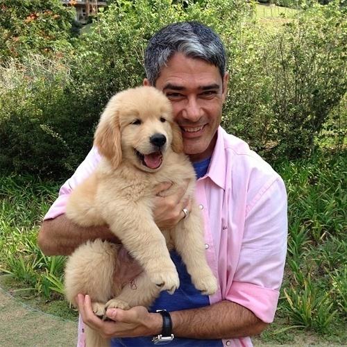20.abr.2013 - William Bonner postou uma foto ao lado do novo bichinho de estimação da família; o cão da raça Golden Retriever se chama Gulliver e chegou ao lar do jornalista há seis dias. Muito fofo, não é?