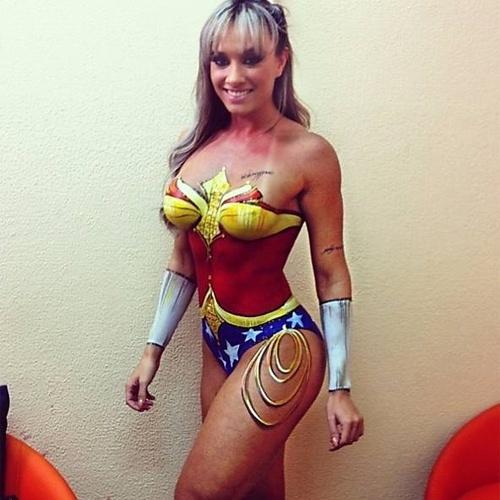9.mai.2013 - Juju Salimeni fez sucesso com uma foto divulgada na web. Com o corpo todo pintado de Mulher Maravilha, Juju deu uma prévia do figurino que irá usar no programa