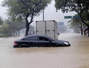 Bairro da Lagoa, que contorna a sede do Flamengo, ficou alagado com a forte chuva no Rio de Janeiro