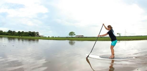 Roberta Borsari realiza o stand up paddle na Amazônia