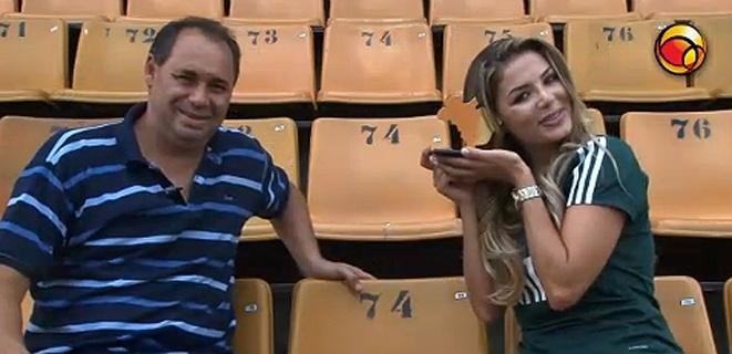 Tassiana Dunamis segura o troféu de Gata do Brasileiro 2011 entregue pelo ídolo palmeirense Evair (16/12/11). A campeã do concurso promovido pelo UOL foi surpreendida pelo troféu durante entrevista; assista.